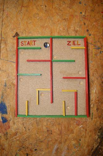 Ein Murmel-Labyrinth selbst gebaut aus Holz.